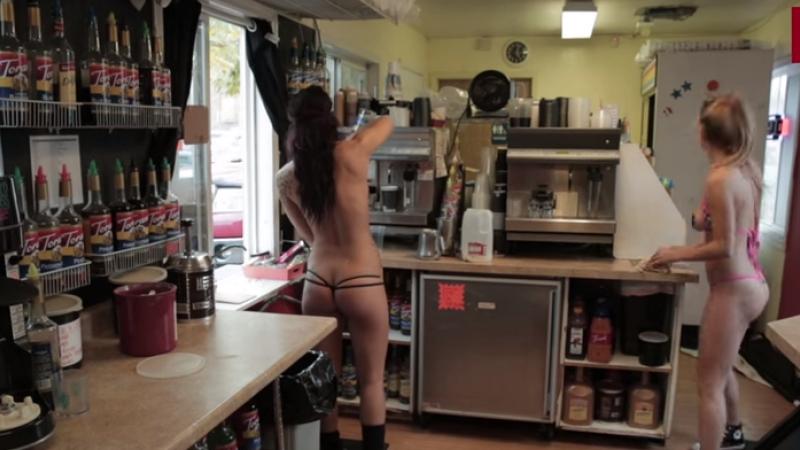 Cafenelele in care esti servit de chelnerite in bikini, o afacere prospera in SUA. Motivul pentru care ar putea fi interzise