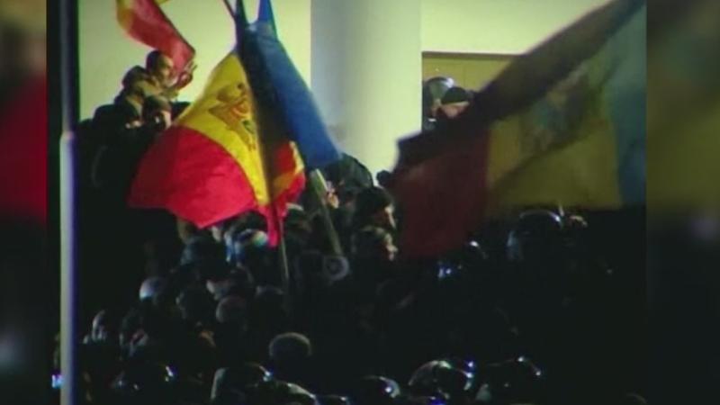 Sute de oameni au protestat din nou in fata Parlamentului de la Chisinau si au cerut alegeri anticipate