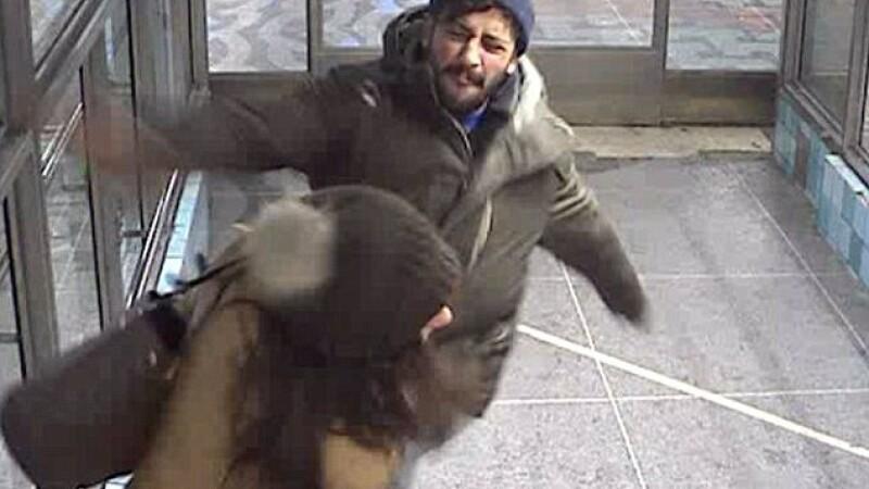 Momentul terifiant in care un hot o ataca pe femeia care l-a impiedicat sa fure. Ce se intampla in secundele urmatoare