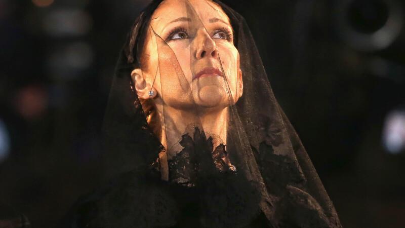 Celine Dion si-a condus sotul pe ultimul drum. Artista a inceput sa planga cand multimea a aplaudat, la biserica. VIDEO