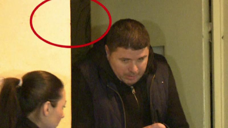 Dan Sova, asteptat de mama la iesirea din arest. Incidentul petrecut pe holul Politiei Capitalei, la plecare