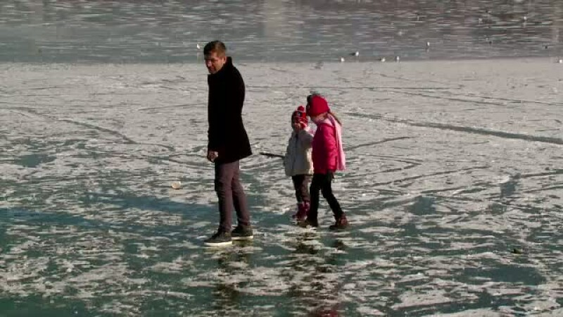 Inconstienta fara margini a unor parinti, in Constanta. Au fost filmati in timp ce-si plimba copiii pe lacuri inghetate