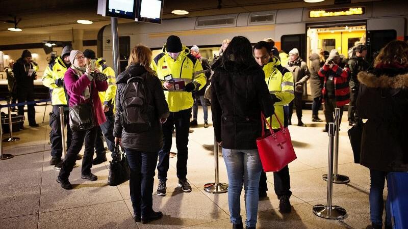 Cum isi recupereaza Danemarca banii cheltuiti pentru imigranti. Politistii au primit dreptul de a le confisca bunurile