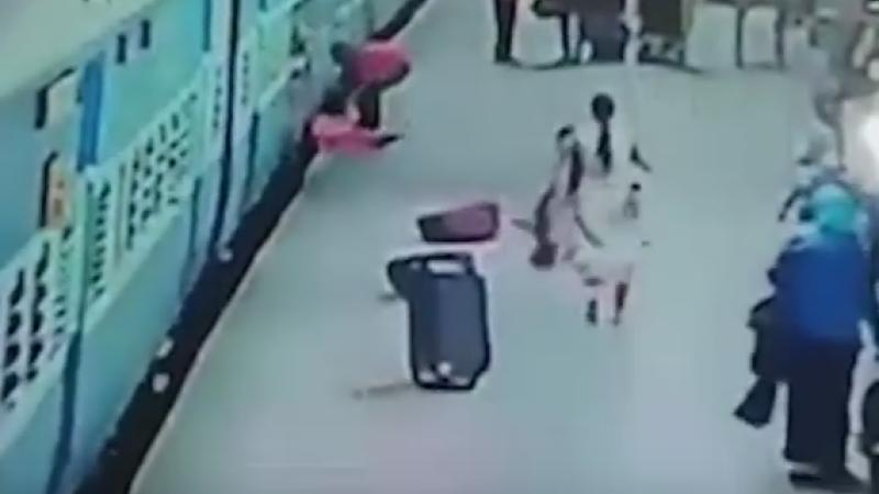 Accident terifiant intr-o gara din Mumbai. Momentul in care o pasagera este trasa sub trenul din care tocmai coborase. VIDEO