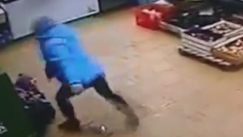 Caz socant in Rusia. O mama a fost filmata in timp ce isi lovea copilul, aflat la podea, cu picioarele in burta. VIDEO
