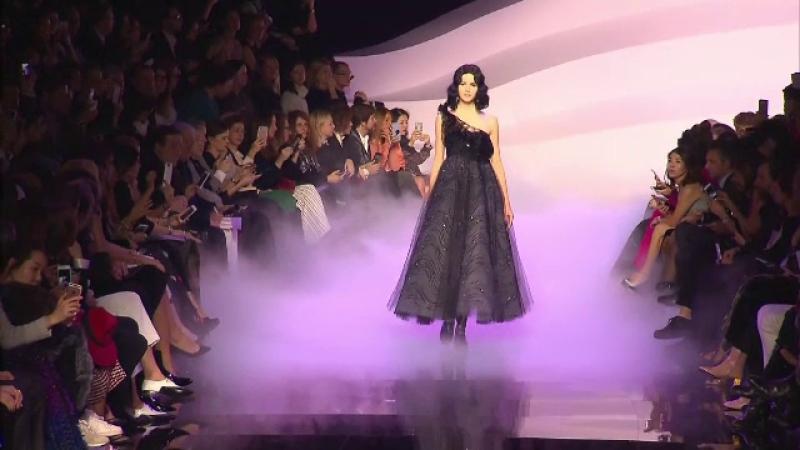 Armani, Valentino si Gaultier au incheiat Saptamana Modei de la Paris. Rochia cu cristale la care s-a lucrat 300 de ore