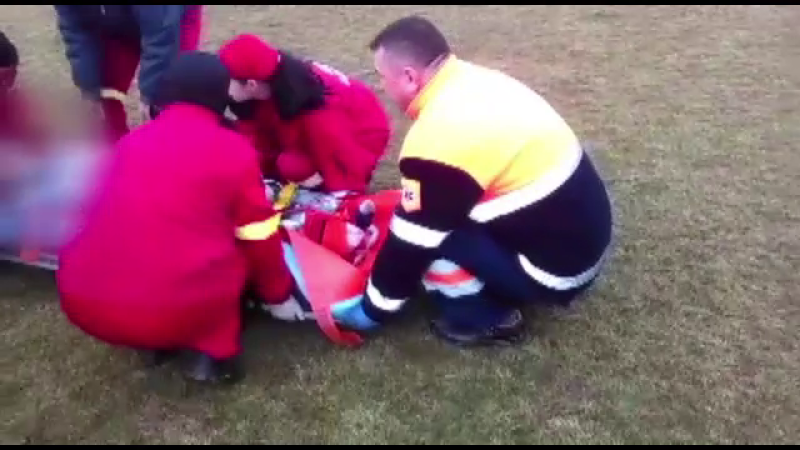 Joaca periculoasa s-a transformat in tragedie. Un copil de 10 ani risca sa-si piarda piciorul, dupa ce a fost prins sub tren