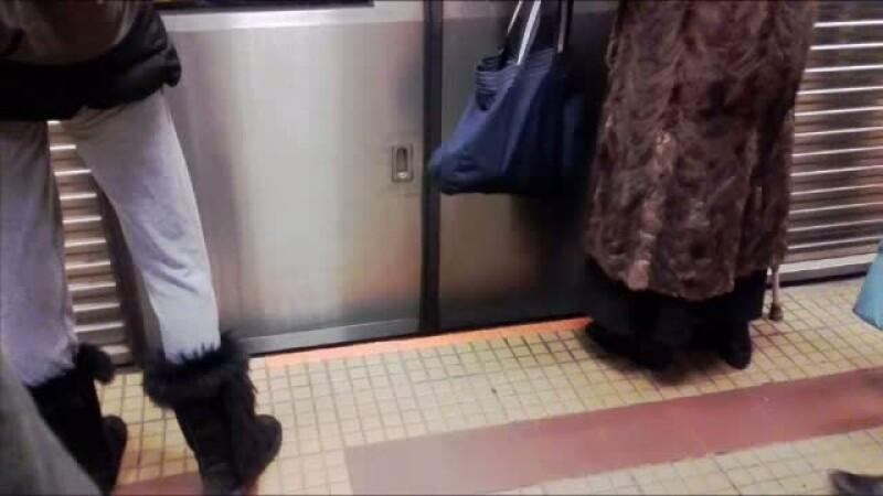 Solutia Metrorex in cazul scandalului privind protectia calatorilor. Oamenii nu le observa si habar n-au la ce folosesc