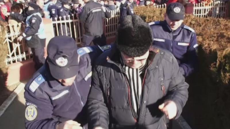 Primar din Botosani, asaltat cu oua si injurat de sateni pentru ca nu a organizat petrecere de Revelion. Cum se apara edilul