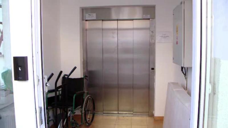 O pacienta dusa la terapie intensiva a ramas blocata in liftul spitalului. Cum a fost salvata cand s-a terminat oxigenul