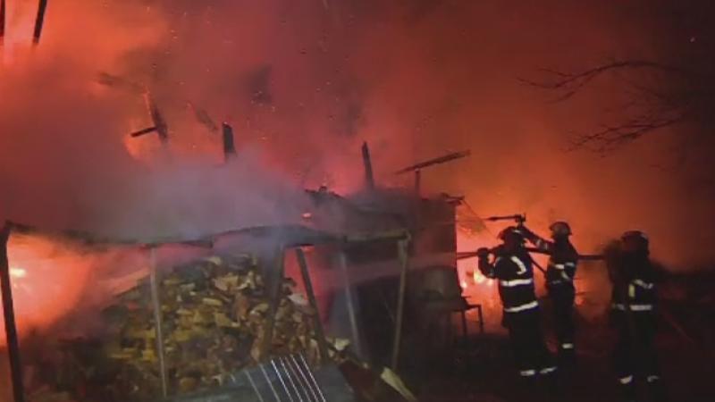Un barbat din Neamt a facut infarct si a murit cand a vazut ca i-a luat foc casa. Ce a provocat incendiul