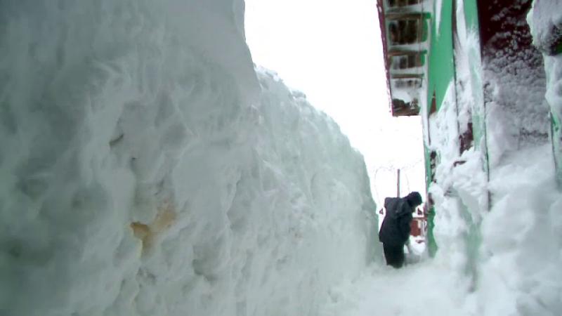Noapte infioratoare in Romania din cauza viscolului si a ninsorii. Oamenii au sapat tuneluri ca sa poata iesi din case