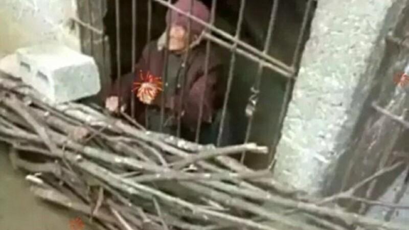 O femeie de 92 de ani a dormit ani intregi intr-o cusca, fiind fortata de fiul si nora ei. Ce