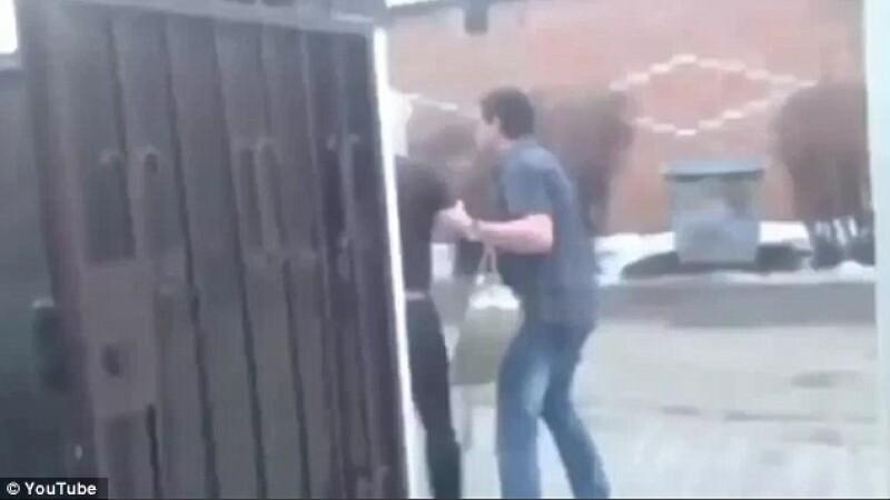 A tratat-o ca pe un gunoi, la propriu. Gestul oribil facut de un rus atunci cand a aflat ca partenera lui il insala. VIDEO