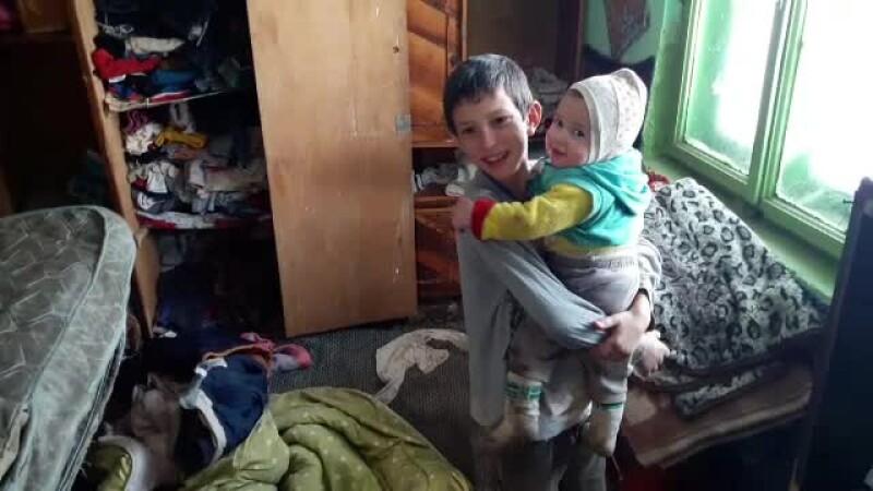 In plin ger, doua familii din Iasi n-au nici macar cu ce se incalta. Din cauza frigului, fetita de 10 luni a facut pneumonie