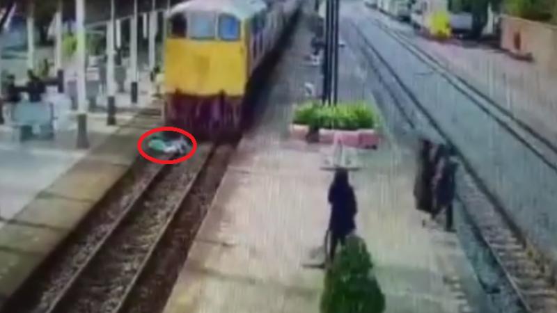 Un barbat s-a aruncat in fata trenului, pentru a se sinucide. Ce s-a intamplat dupa ce s-a oprit locomotiva. VIDEO