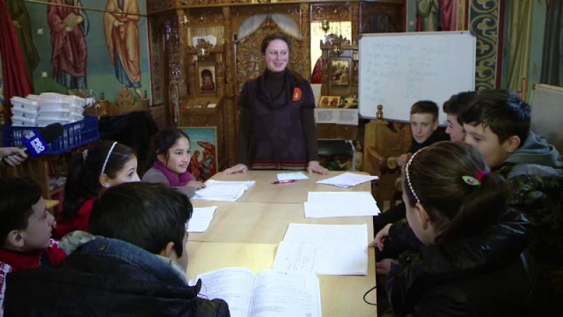 30 de copii defavorizati invata intr-o biserica, in fiecare sambata, engleza sau matematica.
