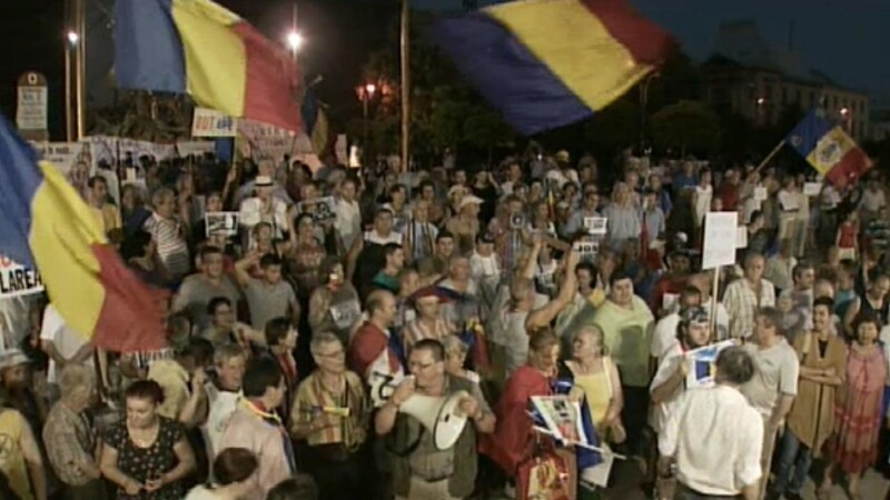 Proteste pro si contra Basescu in Capitala. Cativa manifestanti s-au luat la bataie