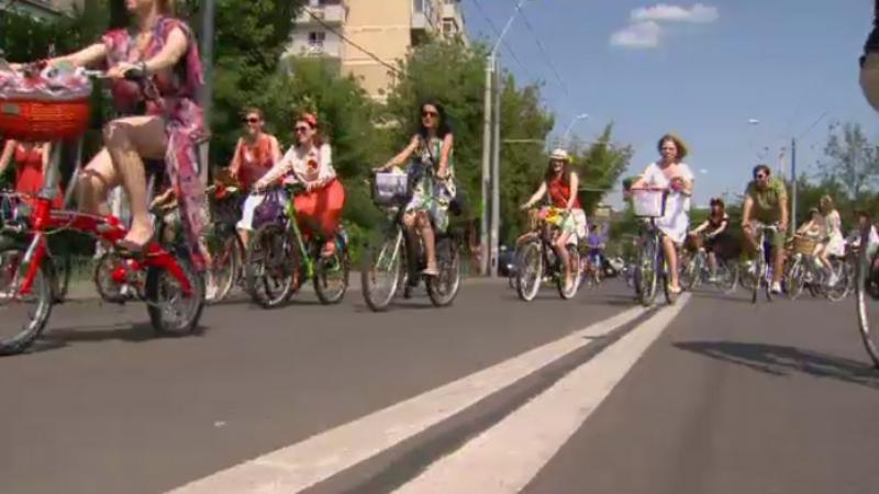 SKIRT BIKE: Cu fuste scurte, mii de doamne si domnisoare au defilat prin Bucuresti, pe biciclete. Reactia barbatilor