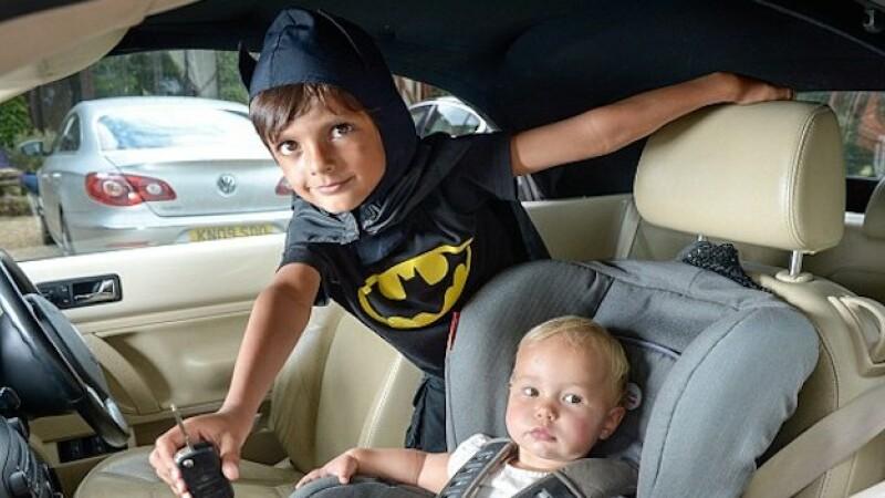 Batman la 5 ani. Ce a facut acest baietel cand a vazut un bebelus incuiat intr-o masina incinsa