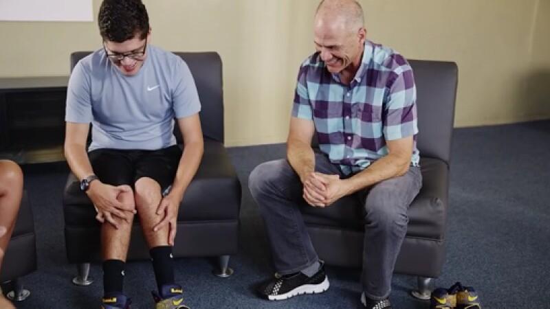 Un baiat de 16 ani care nu putea sa-si lege sireturile a trimis o scrisoare catre Nike. Surpriza de care a avut apoi parte