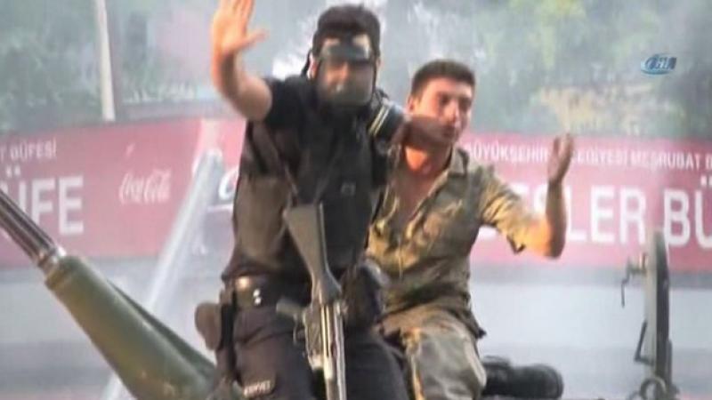 Momentul in care un politist salveaza de furia multimii un militar pucist. Imaginea devenita simbol al revoltei din Turcia