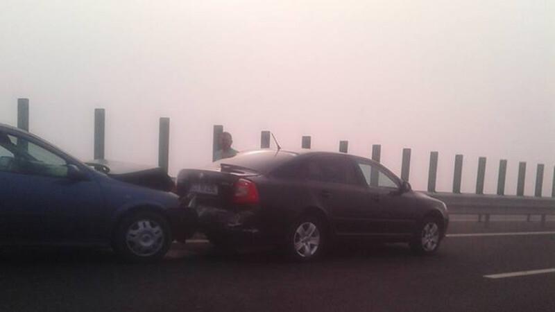 Carambol pe Autostrada Soarelui. Cinci persoane au fost ranite in trei accidente, un elicopter survoleaza zona