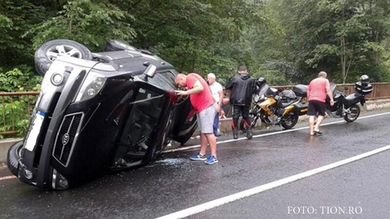 Accident cu final fericit pe Transalpina. Cine s-a nimerit sa fie chiar in spatele masinii rasturnate