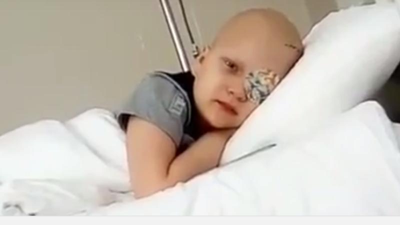 La 7 ani, si-a pierdut un ochi si se lupta sa invinga cancerul. Baiatul are nevoie de 90.000 de euro pentru tratament
