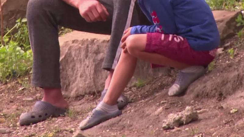 Baiat de 7 ani din Vaslui, victima parintilor sai despartiti. In ce conditii l-au gasit asistentii sociali la un unchi