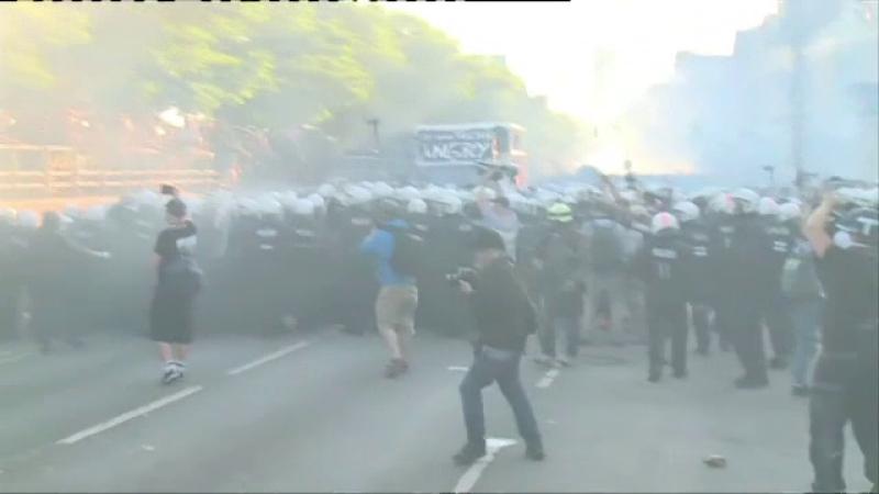 Haos pe strazi in Hamburg. Politia a cerut intariri dupa ce 159 de agenti au fost raniti. Melania Trump, blocata in resedinta