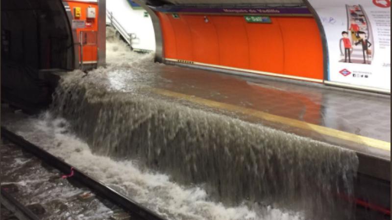 Metroul din Madrid, inundat de suvoaie de apa. A plouat si in aeroportul Barajas. VIDEO