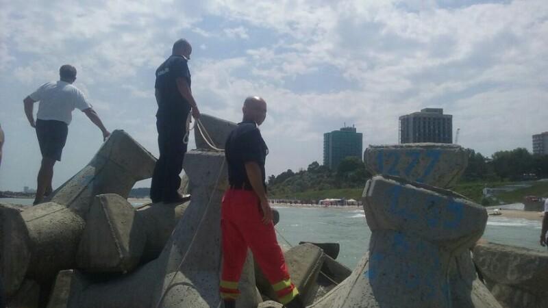 Un barbat s-a inecat la Olimp iar cadavrul sau a ramas prins intre stabilopozi. Pe plaja nu era niciun salvamar