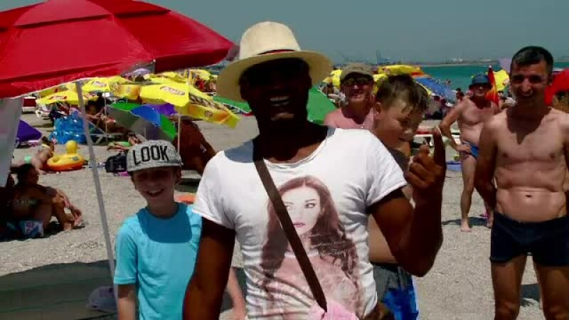 Gunoaie, manele si vanzatori ambulanti pe plaja din Eforie Nord.