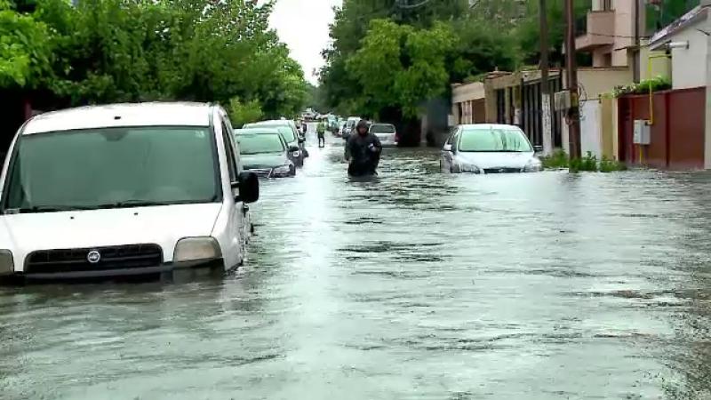 Tulcea si Constanta au fost maturate de ploi torentiale, care au lasat in urma prapad. Soferii, blocati in propriile masini