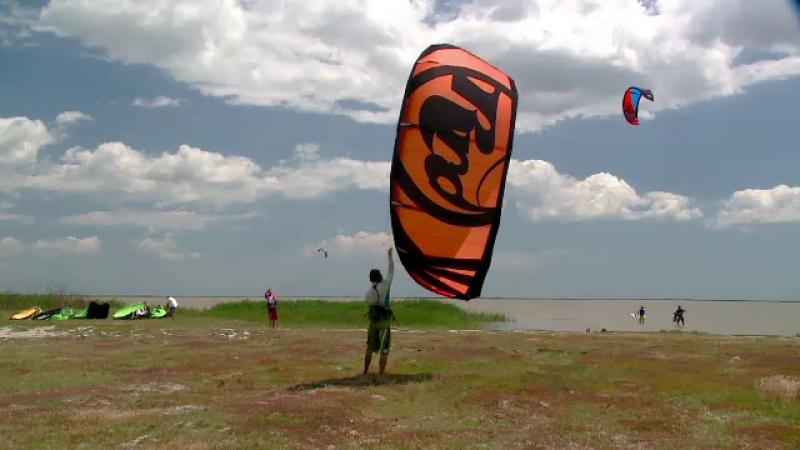 Romanii au prins gustul kite-ului. Care sunt zonele cu cel mai bun vant, de pe litoralul nostru