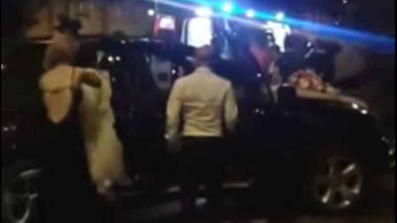 Nuntasii danseaza pe manele langa un motociclist ranit care astepta ambulanta. S-a intamplat in centrul Aradului. VIDEO