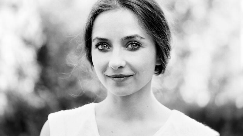 Interviu cu actrita Cosmina Stratan: