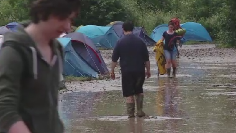 ELECTRIC CASTLE 2015. Organizatorii au intervenit cu vidanja dupa ploile abundente. Tinerii au facut coada la pelerine