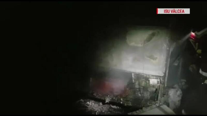 Un autocar a luat foc in tunelul salinei din Ocnele Mari