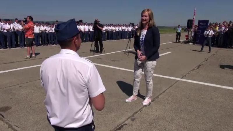 Miting aviatic cu 8.000 de spectatori, la Bacau. Un pilot de 26 de ani a profitat de ocazie si si-a cerut iubita de sotie