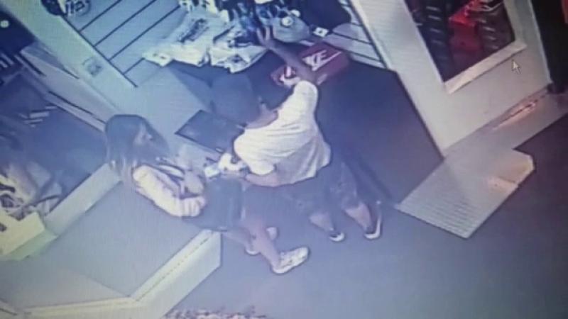 Cuplu filmat intr-un centru comercial din Cluj furand haine. Politia face apel pentru prinderea celor doi