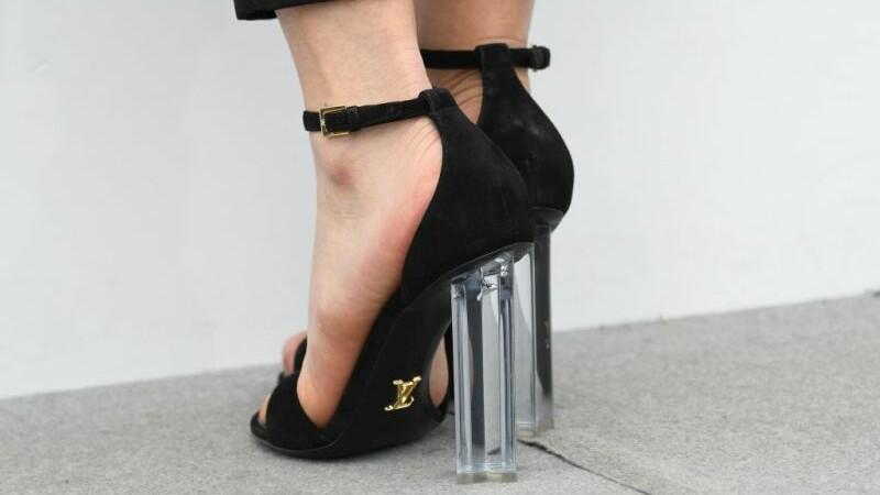 Reportaj The Guardian despre fabrica din Romania unde se fac pantofi Louis Vuitton. Pe incaltaminte scrie
