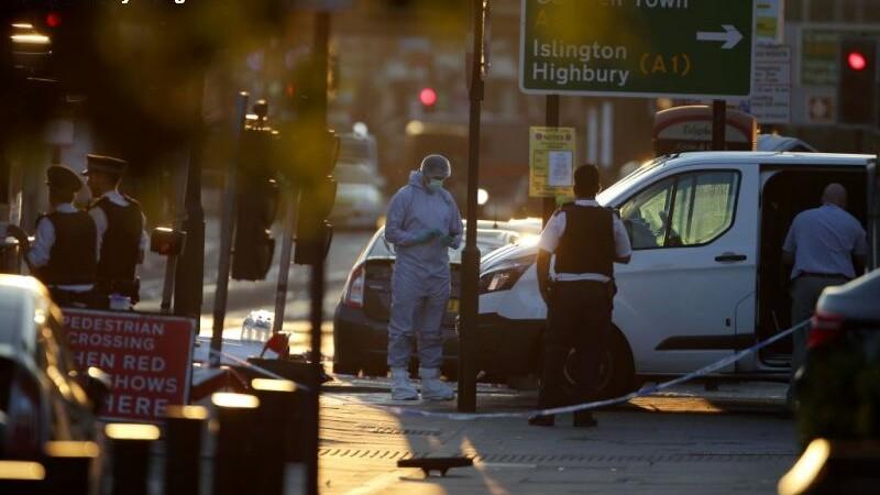 Relatarile martorilor in cazul atacului din Londra. Agresorul ar fi strigat