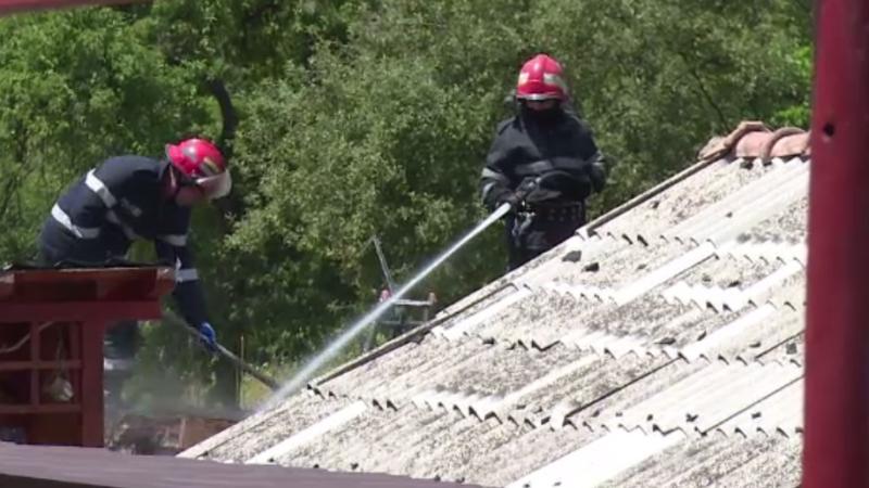 Vecinii au reusit sa-i salveze casa din calea focului. Cum a pornit focul in casa unei femei din Arges