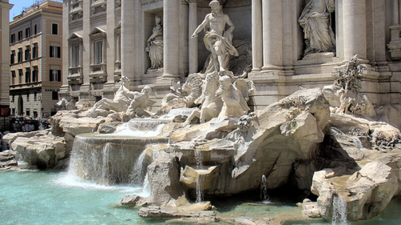 De toata rusinea! Trei romani au fost prinsi furand din Fontana di Trevi