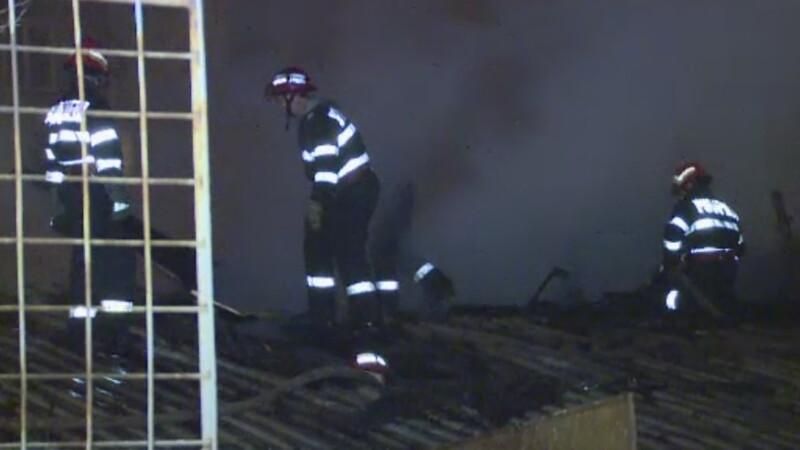Trei familii din Bucuresti au ramas fara locuinte, dupa ce au fost distruse intr-un incendiu. Doua persoane, la spital