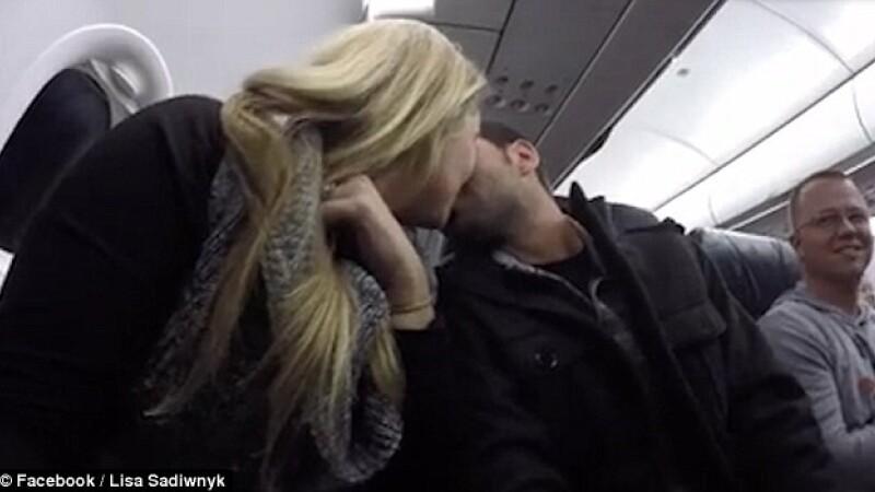 Zbura cu avionul, cu sotia lui, cand pilotul i-a dat o veste incredibila. Socul acestui barbat cand a aflat ca va fi tatic