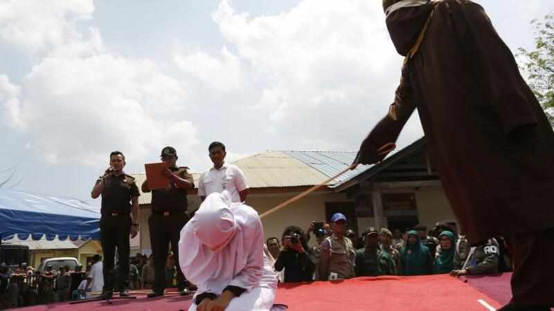 O adolescenta din Indonezia, pedepsita cu 50 de lovituri de bici, in public. Motivul absurd pentru care a fost acuzata