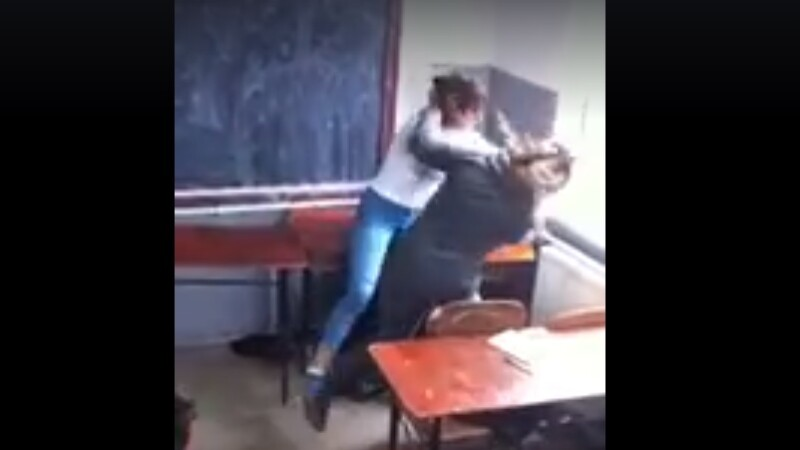 Imagini SOCANTE, filmate intr-o scoala din Romania. Scene de violenta intre doua eleve. VIDEO